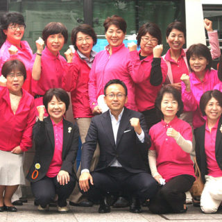 乳がんの早期発見・早期治療などを啓発するピンクリボン街頭を終えて、女性局の皆さんと