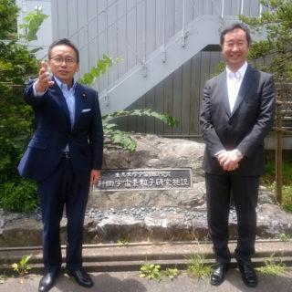 2015年にニュートリノの研究でノーベル物理学賞を受賞した梶田隆章先生(写真の右の方です)