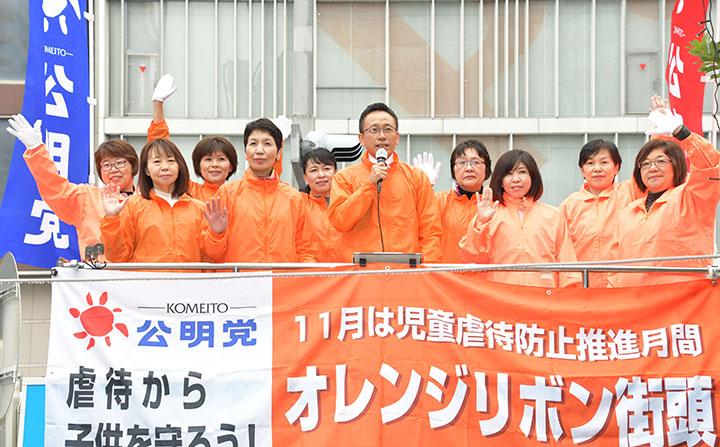 党愛知県本部女性局のメンバーと共に公明党の実績や政策を訴える伊藤氏(右から5人目)