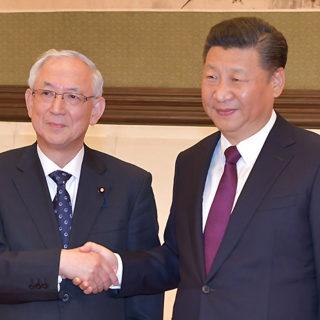 習主席(右)と握手する井上幹事長=28日 北京・人民大会堂