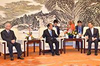 楊国務委員と会談する自民・二階幹事長と公明・井上幹事長=28日 北京・人民大会堂