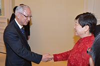 李会長と握手する井上幹事長=28日 北京・中国人民対外友好協会