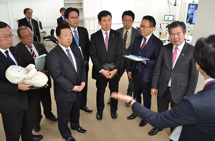 健康長寿支援ロボットセンターで説明を受ける伊藤氏(右から3人目)、新妻氏(同5人目)ら=15日 愛知・大府市