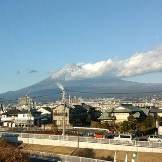 上京する新幹線から見える富士山を眺めながら