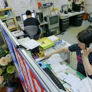 伊藤事務所では、総動員で今日までにいただいた名簿に従って「魚住ゆういちろう」の支援依頼