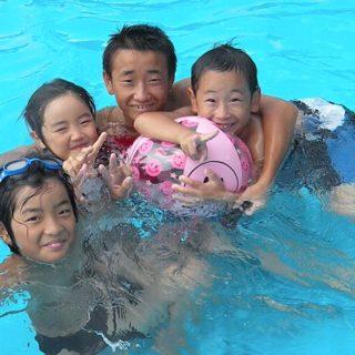 昨日は子供たちをプールに連れて行きました