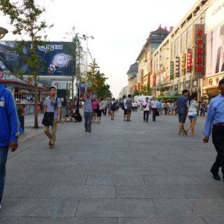 北京の繁華街・王府井(わんふーちん)の様子