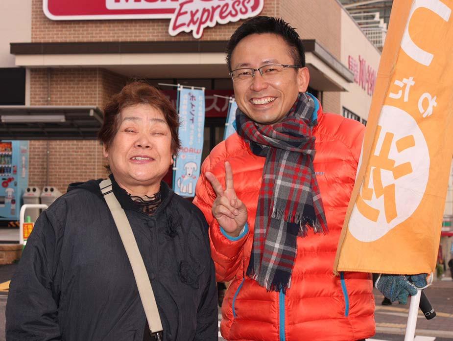 大病を乗り越え、元気に活動を続けておられる大好きなご婦人が、街頭の声を聞きつけ激励に来て下さり、今年の記念に写真を一枚ご一緒して頂きました