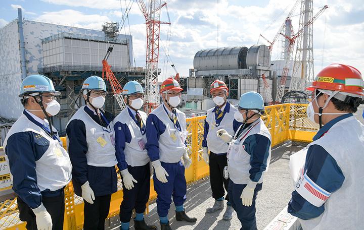 原子炉建屋の状況を視察する党復興加速化本部のメンバーら=17日 東電福島第1原発