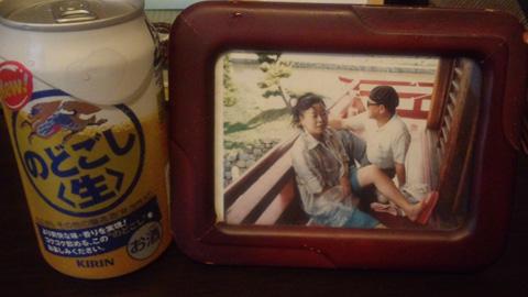 亡父の写真の前には大好きだった缶ビールを