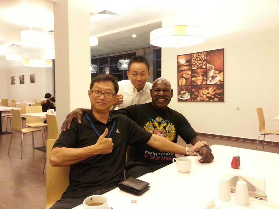 朝食会場での一枚。タイのサワンクルとパプアニューギニアのディーガ