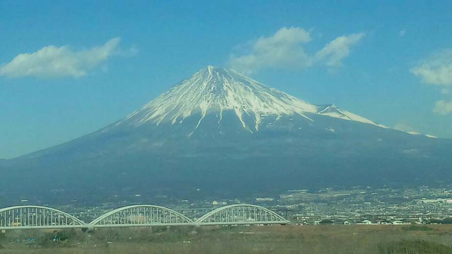 東京に向かう道中でブロクを書いています
