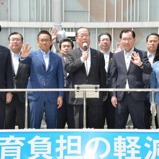 「現場の課題を着実に解決していく」と決意を述べる魚住氏(中央)と(前列右2人目から)浜田、伊藤の両氏ら=1日 名古屋市