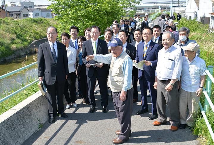 地元住民から当時の被害状況を聞く浜田氏(左から6人目)、魚住氏(左端)ら
