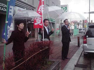 高山市で雨の中、村中・中筬議員と街頭演説
