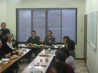 名古屋市守山区にて、金庭(こんば)市議とともに地元の方々と懇談