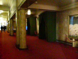 本会議場の入り口
