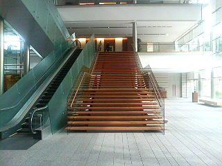官邸内の階段。組閣後に各大臣の記念撮影はここで行われます。