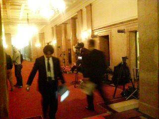 国会内には報道陣がスタンバイ。慌ただしい雰囲気