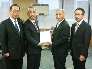 愛知県にて実施された署名を舛添大臣に