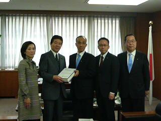 荒木県代表、魚住県代表代行と共に、昨日に引き続き、署名を中野経産副大臣に届けた