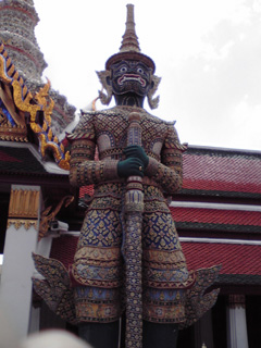 タイの寺院に立つ門番。鬼だそうです。