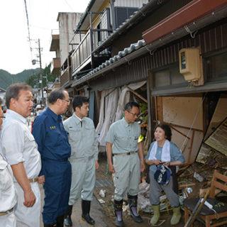 自宅に土砂が流入した住民に話を聞く(右2人目から)伊藤、安江、魚住の各氏ら=8日 岐阜・関市