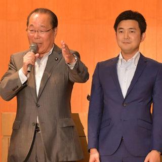 国政報告会であいさつする魚住(左)、安江氏=15日 名古屋市