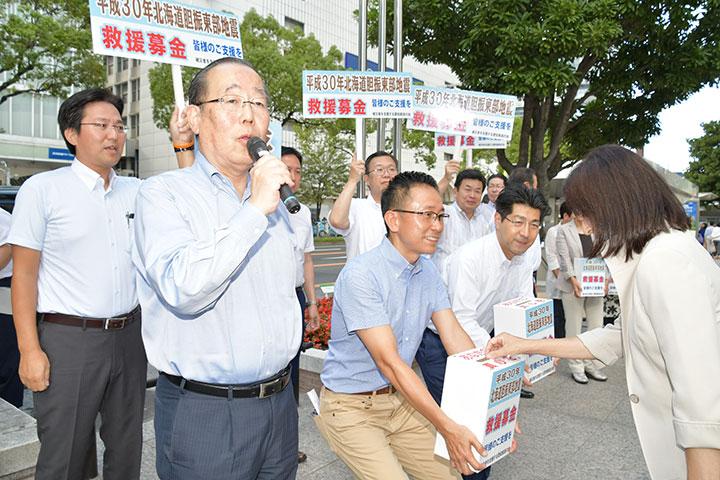 募金への協力を呼び掛ける(前列左から)魚住、伊藤、里見の各氏ら=16日 名古屋市