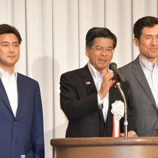 党愛知県本部の政経セミナーであいさつする石井国土交通相(中)と、安江(左)、新妻両氏=3日 名古屋市