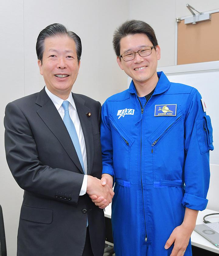 金井宇宙飛行士(右)と懇談する山口代表=17日 衆院第2議員会館