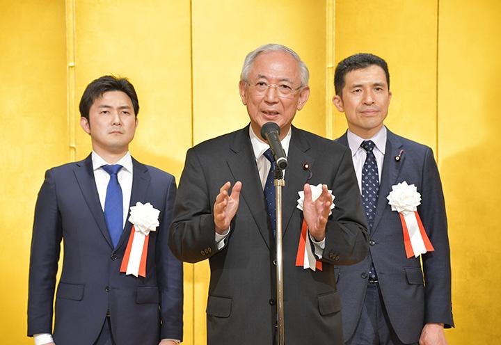 伊藤氏の後援会総会であいさつする井上副代表(中)と安江(左)、新妻の両氏=12日 名古屋市