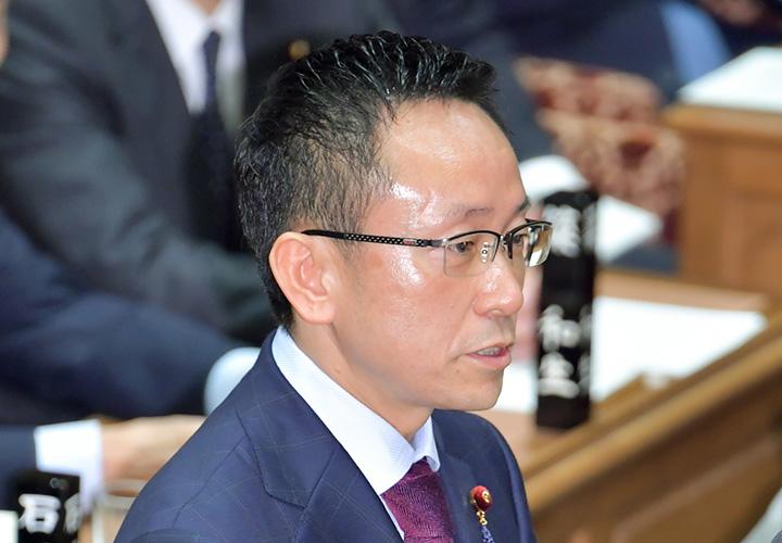 質問する伊藤氏(衆院予算委)=26日