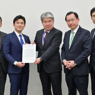 ものづくり補助金の運用改善を要望する安江氏(左から2人目)ら=28日 参院議員会館