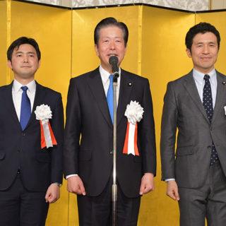党愛知県本部の賀詞交歓会であいさつする山口代表と、安江(左)、新妻の両氏=4日 名古屋市