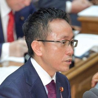 質問する伊藤氏=13日 衆院予算委