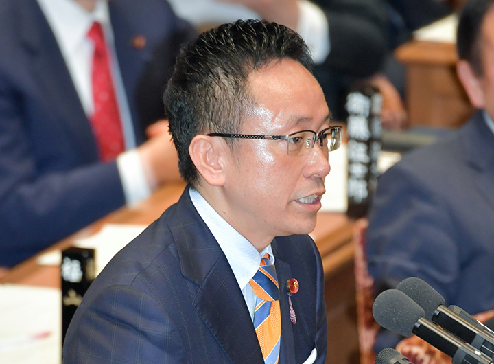 質問する伊藤渉氏=25日 衆院予算委