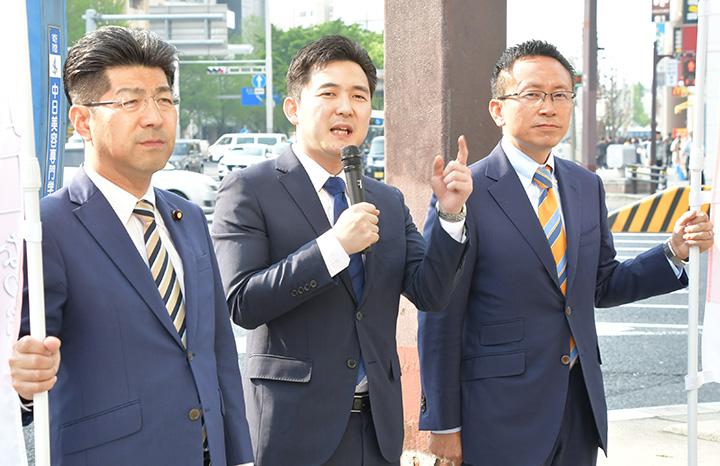 街頭演説を行う安江(中)、伊藤(右)、里見の3氏=22日 名古屋市