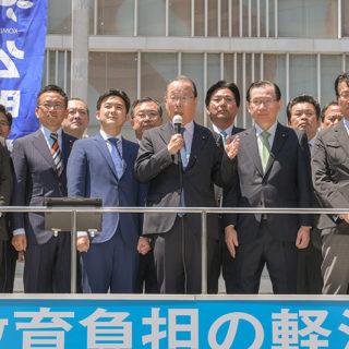 人権を守る闘いに力を尽くすと訴える魚住(前列中央)、安江(左隣)の両氏ら=4日 名古屋市