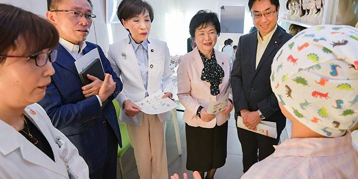 当事者の女性(右手前)から話を聞く党推進本部のメンバー=13日 東京・中央区