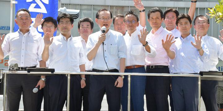 終戦記念日を前に平和への決意を述べる浜田氏(前列中央)と(前列右から)安江、新妻、伊藤、里見の各氏ら=10日 名古屋市