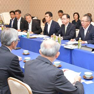 県医師会から要望を受ける(右から)伊藤、中川、浜田、新妻の各氏ら=14日 津市