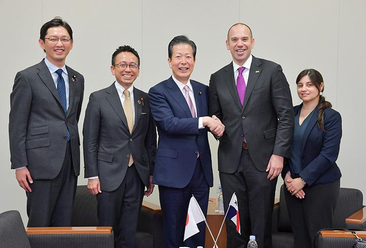 ペレ大使(右から2人目)の表敬を受ける山口代表(左隣)ら=19日 衆院第1議員会館