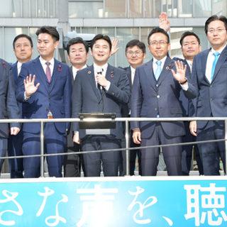 「成人の日」の街頭演説であいさつする安江氏(前列中央)と伊藤氏(右隣)ら=13日 名古屋市