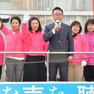 女性議員と共に党の実績をアピールする伊藤氏(右から4人目)=18日 名古屋市