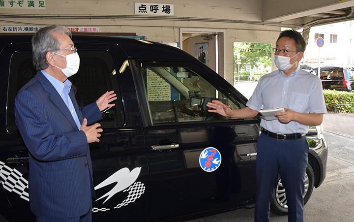天野社長からタクシー業界の窮状を聴く伊藤(渉)氏(右)=29日 名古屋市