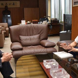 寺岡社長からトラック業界の窮状を聴く伊藤(渉)氏(右)=6日 名古屋市