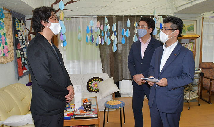 デイサービス施設で熊田代表理事(左)から話を聴く里見氏(右)ら=6日 名古屋市