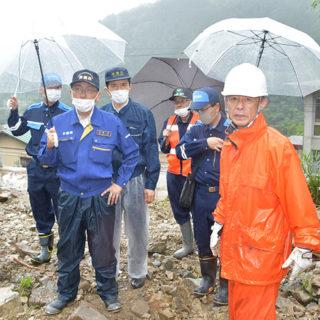 土砂崩れが起こった小坂地域を調査する伊藤(渉)氏(左から2人目)、新妻氏(同3人目)ら=11日 岐阜・下呂市