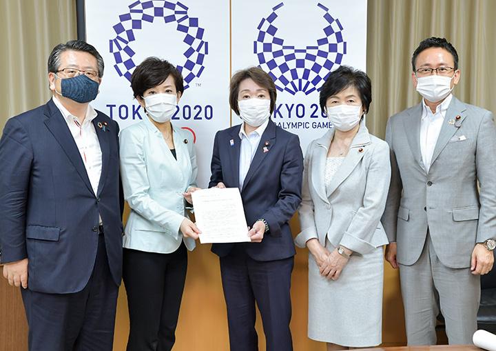 橋本担当相(中央)に提言を申し入れる、党女性の活躍推進本部のメンバー=6月19日 内閣府